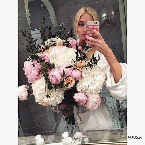 Selfie w lustrze. Zdjęcie z kwiatami. Duży bukiet biało-różowych kwiatów.