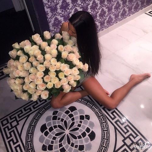 Kobieta z ślicznymi kwiatami. Bukiet róż. Idealny pomysł na prezent