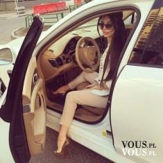 Kobieta za kierownicą. Biały luksusowy samochód. Kobiecy samochód.