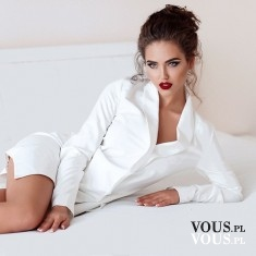 Modelka podczas sesji. Sesja zdjęciowa. Modelka w wyrazistym makijażu i białej koszuli