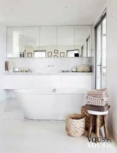 Łazienka w jasnej kolorystyce. Przytulna łazienka z dużym lustrem.