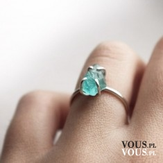 turkusowy kamyczek w pierścionku