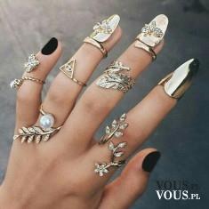 oryginalne pierścionki, duża ilość pierścionków na dłoni