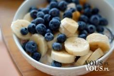zdrowe śniadanie, banan i jagody ciekawe połaczenie owoców