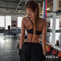 idealnie wyćwiczone plecy, kobieta na siłowni