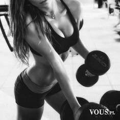 wiosłowanie sztangą, ćwiczenie na plecy, trening na siłowni, kobieta na siłowni