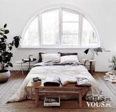 piękna sypialnia, stylowe białe łóżko, duże okno w sypialni