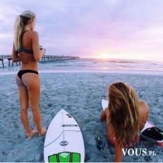 Surfing- aktywne wakacje. Surfowanie przy zachodzie słońca. Letni sport.