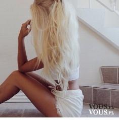 Blondynka. Platynowy blond. Długie jasne włosy.