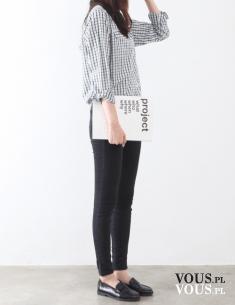 Styl i luz- koszula w czarno-białą kratę i czarne dopasowane spodnie.