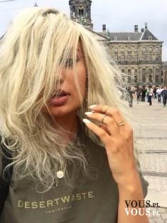 Falowane blond włosy- wiatr we włosach. Blondynka-platynowy blond