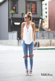 Dżinsy i biała bluzeczka. Dziurawe dżinsy. Spodnie z dziurami na kolanach.