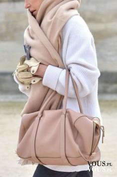 Ciepły beżowy szal- idealny na chłodne dni. Ciepły szal i duża torba do ręki w kolorze beżu.