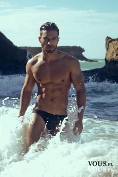 Przystojny mężczyzna w morzu