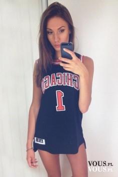 Selfie w lustrze. Dziewczyna w sportowej koszulce.
