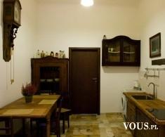 Mała przytulna kuchnia. Kuchnia z pięknymi starymi meblami. Gustowna, prosta kuchnia.