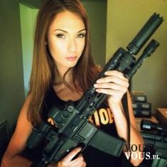 Kobieta z karabinem. Militarna sesja zdjęciowa.