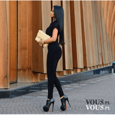Czarna stylizacja- podkreśla kobiece kształty. Czarny strój i wysokie szpilki na platformie.