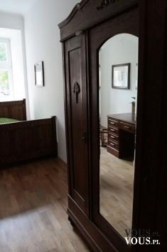 Sypialnia z ciemnymi drewnianymi meblami. Podoba się Wam takie wnętrze?