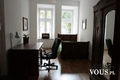 Funkcjonalny pokój. Sypialnia z garderobą i biurem. Skromne, proste pomieszczenie.
