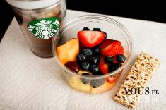 owoce , batonik i kawa ze starbucks