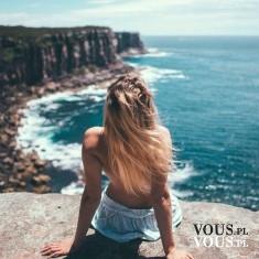 Blondynka na skale nad morzem, dziewczyna nad oceanem