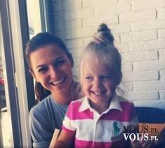 matka z córką, uśmiechnięta dziewczynka