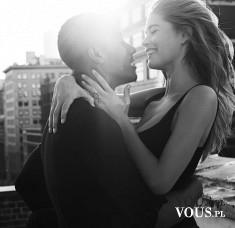 zakochana para, miłość, zdjęcie pary czarno-białe