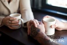 Para pijąca razem kawę, trzymanie się za ręce, wzajemne wsparcie w miłości