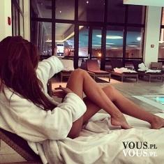 Odpoczynek i relaks. Kobieta przy basenie.