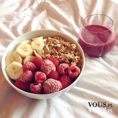 owocowe śniadanie, banan, malina i musli, płatki owsiane z koktajlem