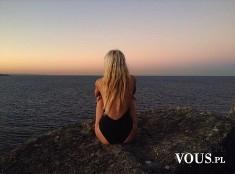 blondynka nad oceanem, zachodzące słońce nad oceanem, romantyczna sceneria