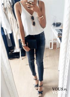prosta biała koszulka, obcisłe dżinsy