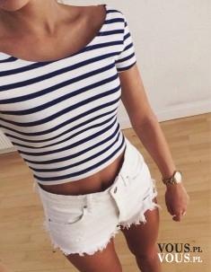 obcisła bluzka w paski, krótkie białe szorty