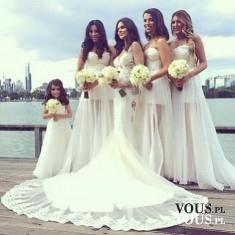 Cudowna suknia ślubna w kształcie syreny. Suknia z długim koronkowym trenem. Panna młoda i druhny.