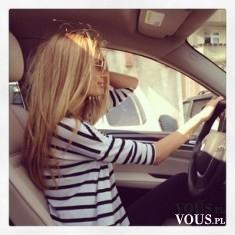 Blondynka za kierownicą. Piękna kobieta w ekskluzywnym aucie.