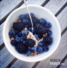 płatki owsiane z niebieskimi owocami, jeżyny, jagody
