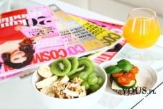 zdrowe śniadanie, owoce, płatki owsiane i sok