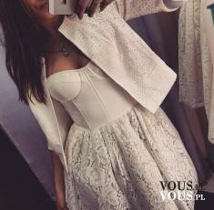 Romantyczna sukienka gorsetowa z koronkowym dołem. Koronkowa biała sukienka.