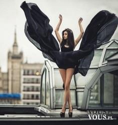 oryginalna sukienka, czarna sukienka, sesja zdjęciowa na dachu