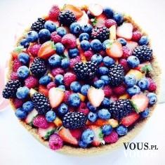 Sezonowe pyszności- tort z dużą ilością owoców.