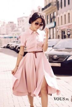 Zwiewna sukienka midi. Blado różowa sukienka z kołnierzykiem.