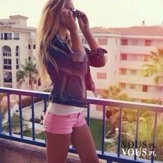 Wygodnie i na luzie. Różowe szorty i dżinsowa kurteczka.