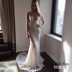 Cudowna koronkowa suknia ślubna. Prosta suknia z koronki. Suknia z trenem-idealnie podkreślająca ...