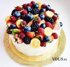 Pyszny tort z górą owoców. Pyszny, lekki deser.