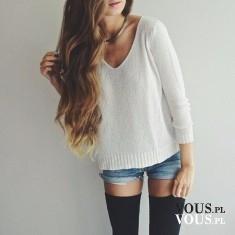 Biały sweterek do szpica oversize w połączeniu z dżinsowymi szortami i czarnymi podkolanówkami.