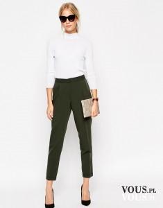 Klasyczna, modna stylizacja. Spodnie w kantkę w kolorze khaki i biała, prosta bluzka z długim rę ...