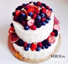Dwupiętrowy tort z dużą ilością owoców. Owocowy, letni tort.