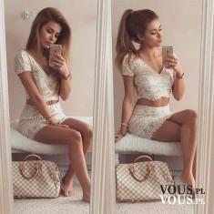 Koronkowy komplet- krótka, biała bluzka z dekoltem do szpica i biała spódnica mini.