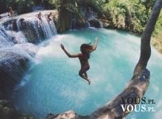 tajemnicze miejsce na wakacje, wakacje nad wodą, skoki do wody, jezioro z wodospadem